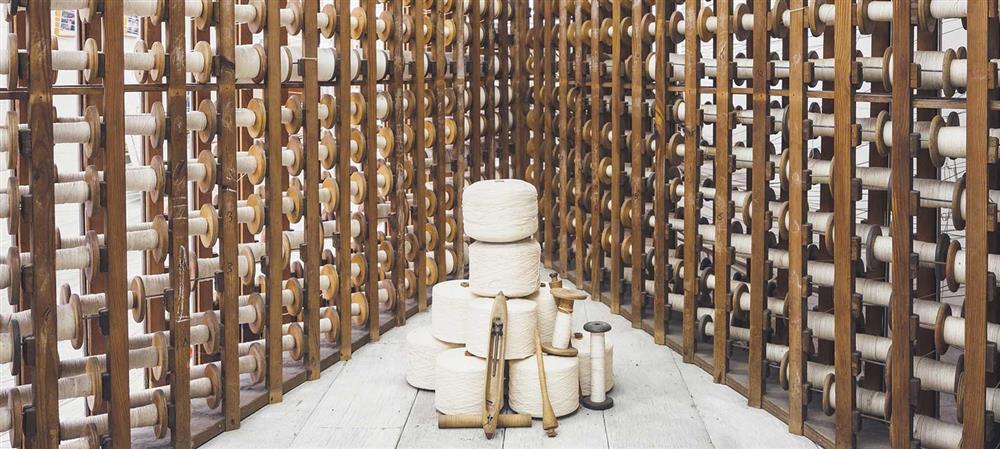 Hitta strumpor, underställ och kläder av bambu hos ADEVE, handla bambukläder för barn dam och herr billigt online